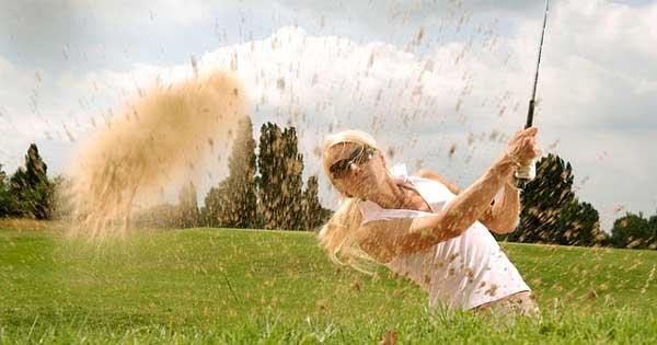 Linkshändige Golfspielerin in Aktion