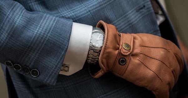 Linkshänder mit Armbanduhr